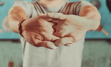 escalando: Hombre calentar sus manos antes de subir de interior