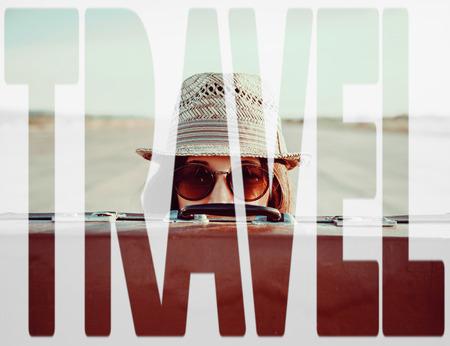 Duplo viagens palavra exposição combinada com imagem da mulher viajante com mala. Conceito de viagem Banco de Imagens