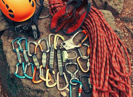 aparatos electricos: Conjunto de equipo para la escalada al aire libre deporte, vista desde arriba Foto de archivo