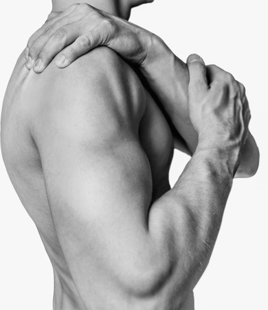 hombres sin camisa: El hombre comprime el hombro, dolor en el hombro. imagen monocroma, aislado en un fondo blanco