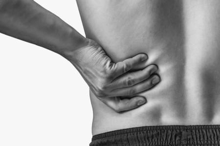 Člověk se dotýká dolní části zad, bolesti v ledvinách. Monochromatický obraz, izolovaných na bílém pozadí