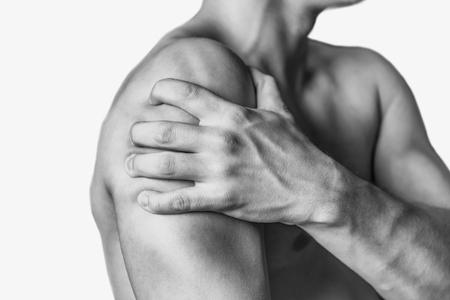 epaule douleur: L'homme non reconnaissable comprime son épaule, la douleur à l'épaule, vue de côté. Épaule agrandi. Image monochrome, isolé sur un fond blanc Banque d'images
