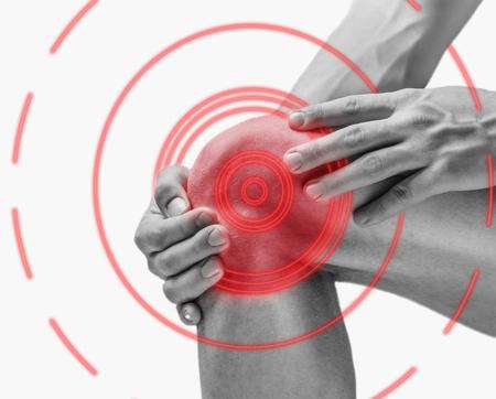 Acute pijn in een kniegewricht, zijaanzicht. Zwart-wit beeld, op een witte achtergrond wordt geïsoleerd die. Pijn gebied van rode kleur.