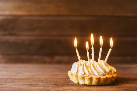Birthday cake with five candles on a wooden background. Copy-space in left part of image. Фото со стока - 128321390
