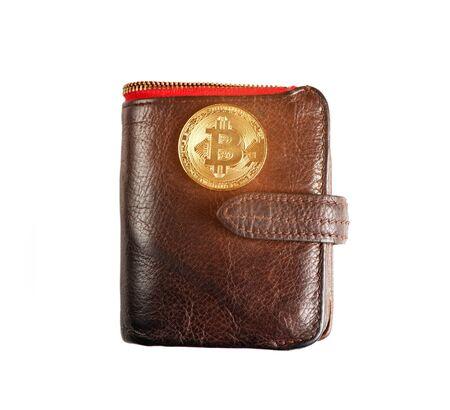 Symbole de la crypto-monnaie - un bitcoin d'or sur un sac à main sur fond blanc. Banque d'images
