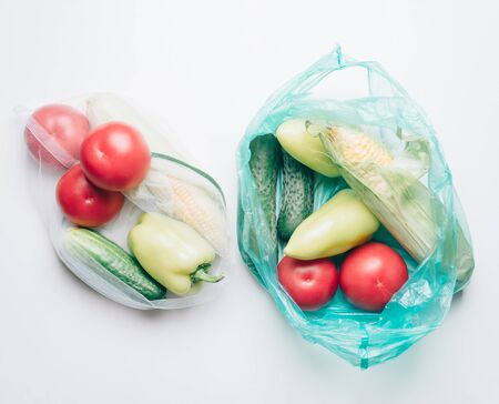 Ecological choice: vegetables in reusable bag or plastic package. Zero waste concept. Banco de Imagens