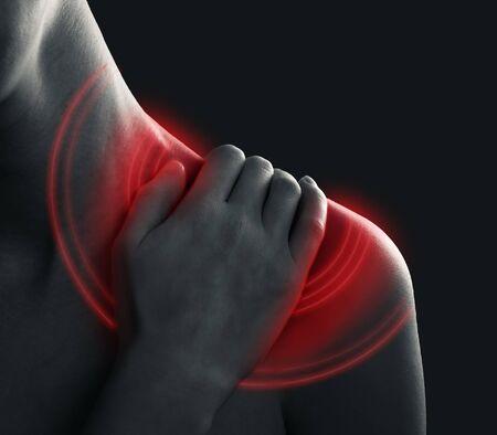 Douleur aiguë à l'épaule d'une femme. Montre la zone enflammée
