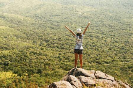 Femme de randonneur de la liberté dans la nature sur la montagne avec les bras levés, profitant du bonheur dans un paysage magnifique Banque d'images