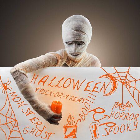 Concept mummy halloween. Halloween text Imagens - 128637049
