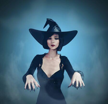 Piękna młoda kobieta w kostiumie czarownicy na Halloween na ciemnym tle