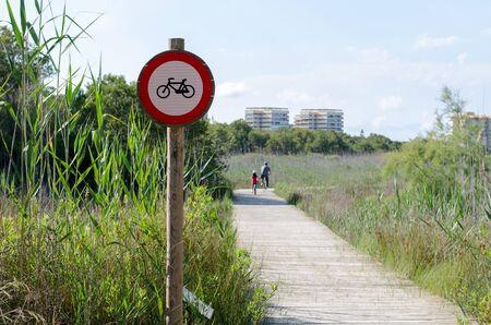 prohibido el paso: Ninguna muestra de violación con las bicicletas en el parque