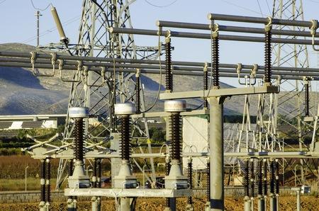 torres de alta tension: torres de energía eléctrica y planta de energía en España Foto de archivo