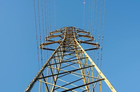 torres de alta tension: pilones uno de electricidad, y planta de energía en España