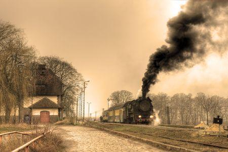 telegraphy: Treno a vapore Old retro si ferm� alla stazione piccola Archivio Fotografico
