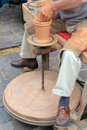 Hombre haciendo una cer�mica de limo en un mercado  Foto de archivo - 5731804