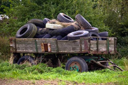carreta madera: Viejo vag�n de madera se llen� con neum�ticos viejos