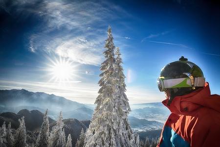 ropa deportiva: Snowboarder joven en ropa deportiva Foto de archivo