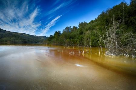 riesgo quimico: Iglesia inundada y abandonada en medio de un lago contaminado
