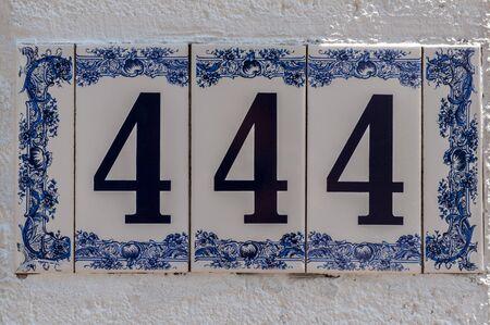 번호 444. 번지. 주소. 벽에 판