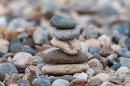 Small balancing stones sitting on other rocks Stockfoto