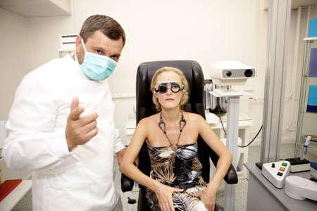 examen de la vista: Doctor, examinar a un paciente en la cl�nica de oftalmolog�a