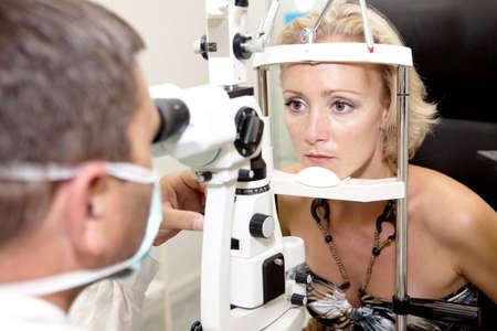 optometria: Doctor, badanie pacjenta w klinice okulistyka