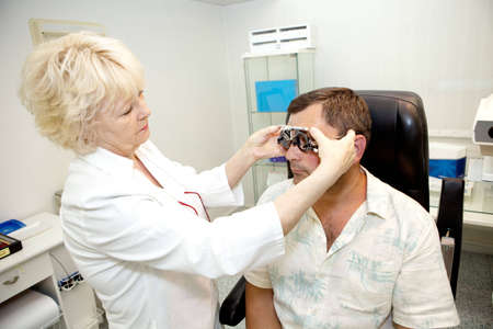 examenes de laboratorio: Doctor, examinar a un paciente en la cl�nica de oftalmolog�a