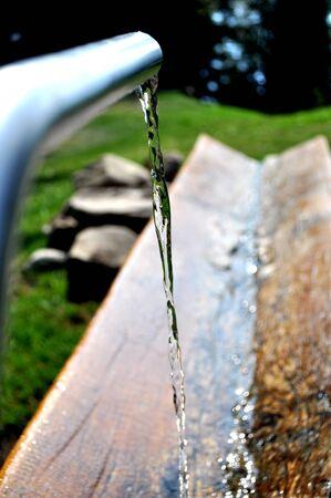 ambiente: appena sotto le pendici della montagna svizzera da una fontana sgorga un