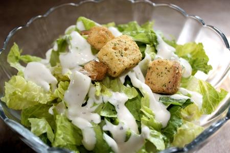 pansement: Salade du jardin avec vinaigrette cr�meuse parfum�e et cro�tons Banque d'images