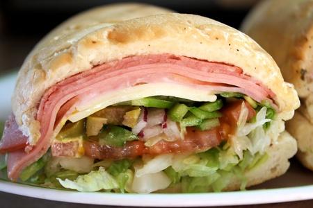csemege: Sub szendvics húsok, sajtok és friss zöldségeket Stock fotó