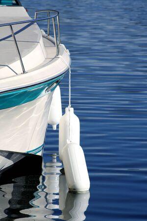 boyas: Boyas colgando en el costado del barco