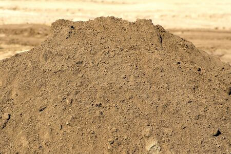 in a pile: Limpiar y tierra vegetal el relleno