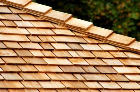 cedro: Tejas de cedro en el techo Foto de archivo