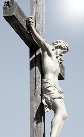 La crucifixion - Statue du Christ avec lumière d'éclairage Banque d'images - 13230070