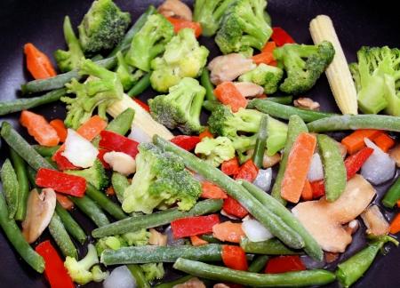 comida congelada: Una variedad de verduras congeladas en la sart�n