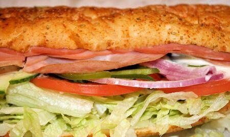 carnes y verduras: Sub sandwich rellenos de las obras - embutidos y verduras y salsa cremosa