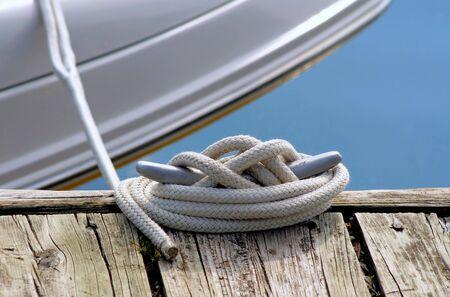ボートのドックに縛ら