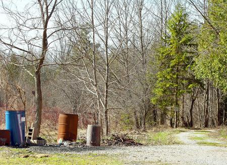 Blikjes vuilnis en afval vervuilende mooie Nature Trail Stockfoto