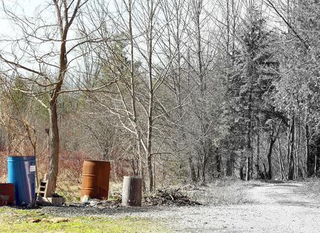 Blikken van vuilnis en afval vervuilende mooie Nature Trail fading naar zwart-wit