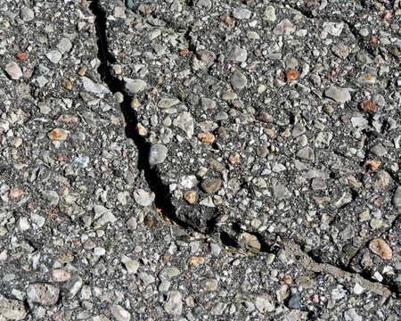 empedrado: superficie de asfalto pavimentado con una gran grieta