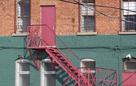 エスケープとれんが造りの建物の裏の階段を火災します。
