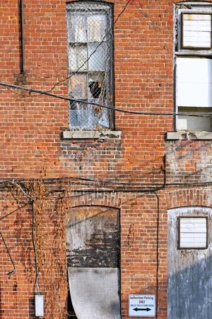 古い壊れた窓の建物外観ダウン実行します。
