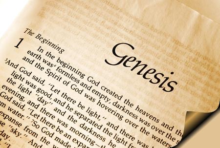 Ouvrir la page de la Bible montrant le premier verset de la Genèse Chapitre 1 - Au commencement Banque d'images