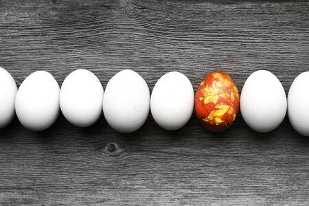 multitud: Huevos de Pascua coloreados a bordo del pa�s del vintage con un pie fuera de la muchedumbre Foto de archivo