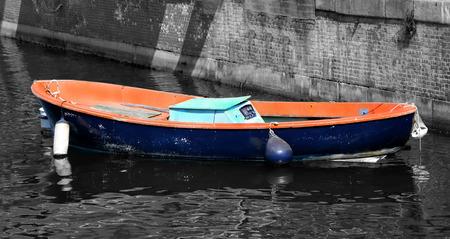 sunny day: solitario viejo barco de pesca atracado en el puerto en un d�a soleado