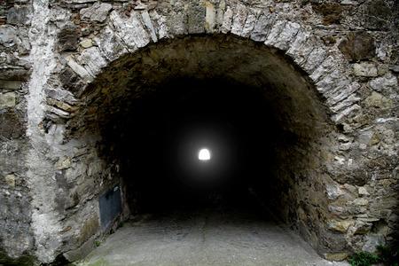 人生の新しい自由のトンネル シンボルの終わりに明るい光