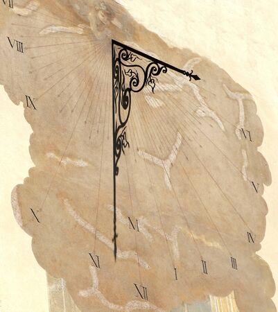 reloj de sol: antiguo reloj de sol en la pared del edificio medieval
