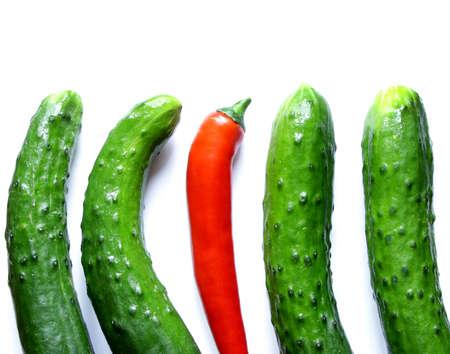 multitud de gente: pepinos verdes con un rojo ají caliente de pie entre la multitud