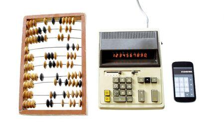 calculadora: evolución de cálculo ábaco calculadora de época y un gadget moderno aislado en el fondo blanco