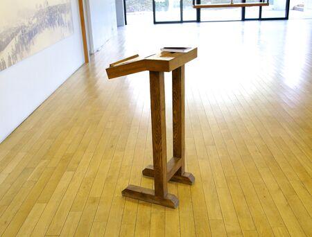 Tribuna de cátedra de madera muy simple para profesor de conferencia Foto de archivo - 86673887
